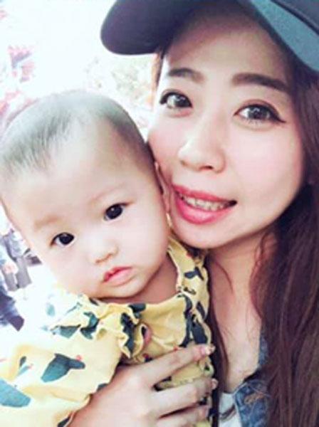 蔡姓女网友和她的可爱女儿。