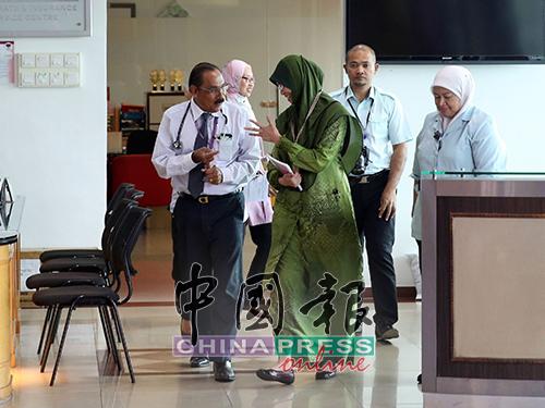 院长维再也(左)接待到访的卫生局官员。