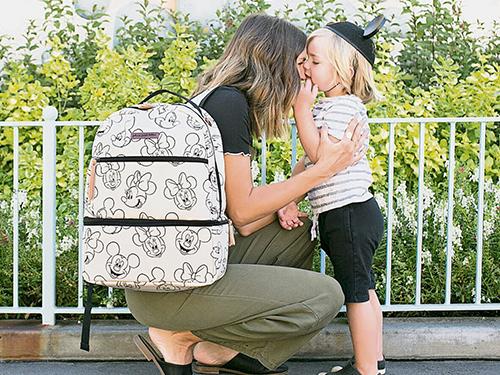 今季推出的迪士尼限量版包款,让妈妈们重拾童真。