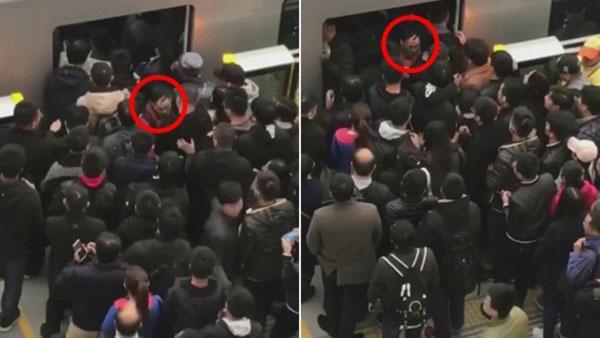 男子(红圈示)被硬生生地推回车厢中。