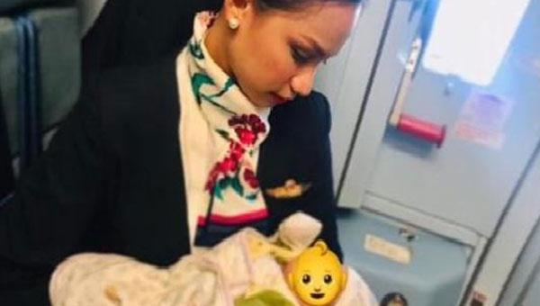 空姐奧加諾為一名女乘客的嬰兒哺乳。