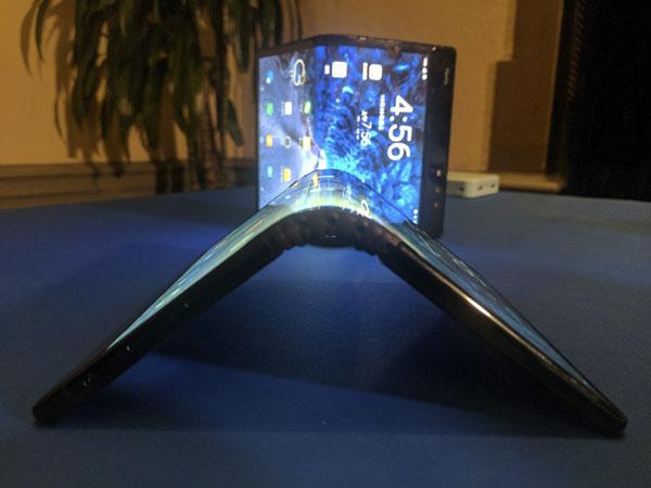 可折叠式手机,最大亮点就是能够轻松在平板电脑和手机两种型态之间切换。(美联社)