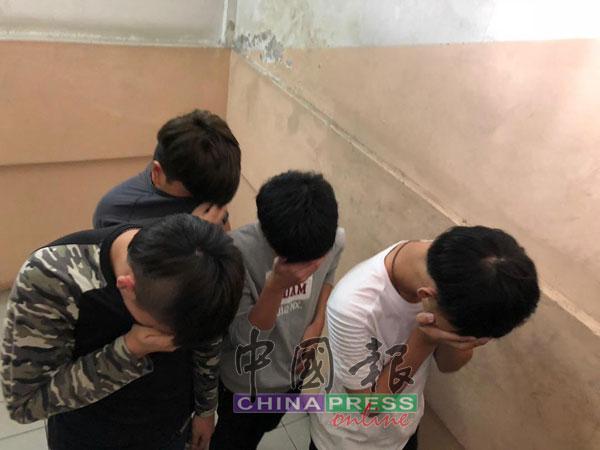 4名未成年被告以双手掩脸。