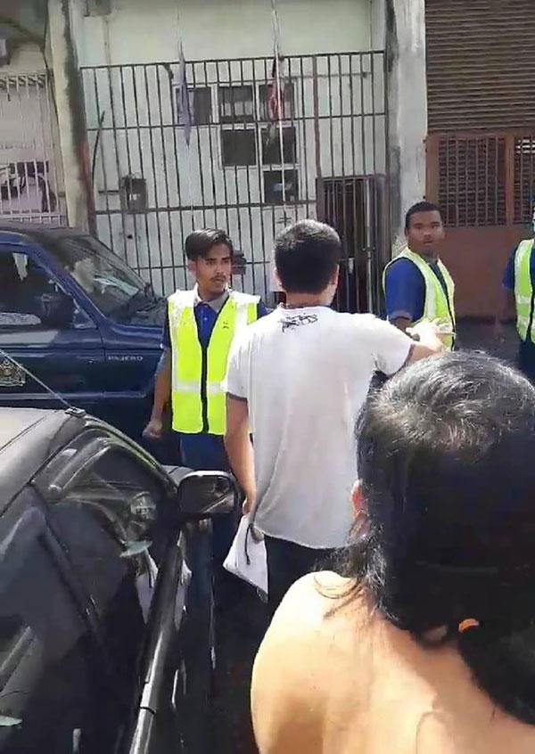 从视频显示,两批人马互相开骂。