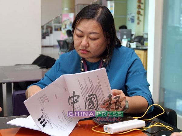 何彩思翻阅专科医生代表律师提呈的函件。