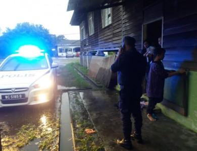 警察抵达中风妇女家,马上请求救护车协助。