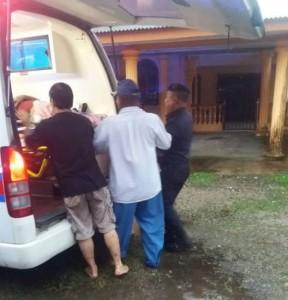 热心民众也协助将中风妇女抬上救护车。