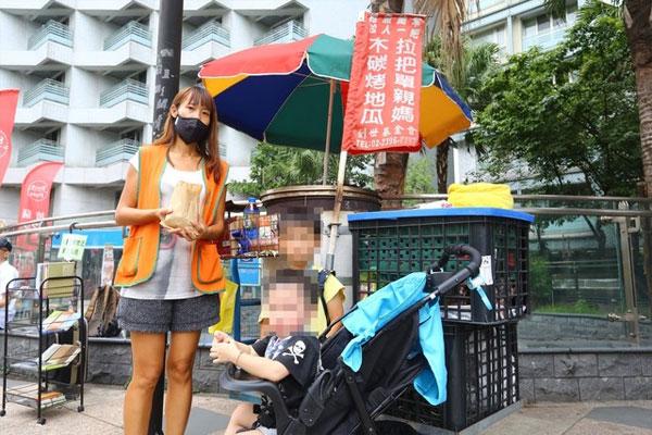 32岁的王姓单亲妈妈,独力抚养2岁和4岁兄弟。图:《苹果日报》