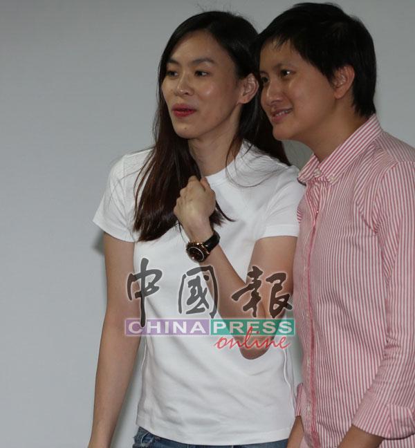 妻子黄妙珠(左)陪同李宗伟出席记者会。