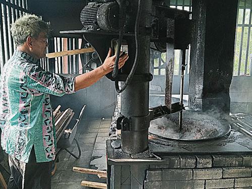 默默守护咖啡粉厂40年的幕后大功臣陈轮全,每天亲自操作60年历史的老机器,以20公斤糖炒25公斤咖啡豆,研磨成粉后,约得到三十多公斤咖啡粉。