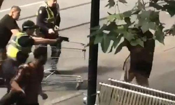 男子挥刀及被警员用枪指着胸口的一幕。