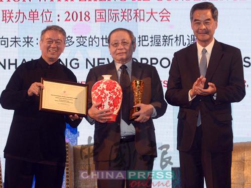 李金友(左)和梁振英(右)颁发杰出终身成就奖予林吉祥。