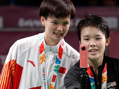吴堇溦(左)未能重演青奥运击败王祉怡摘金一幕,马来西亚队在世青赛混合团体赛的争冠军希望也因此破灭。