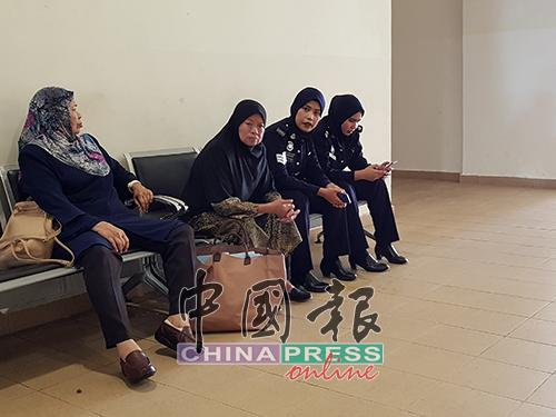 七旬被告莎拉妮(左2)在等候上庭时,一脸无奈。