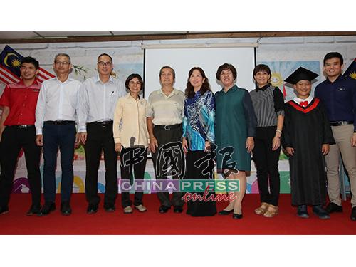 校方代表与陈其贤(右2)合照,恭贺对方明年升上中学。左3起是谢志明、李继香、王禄珍、曾慧娟、黄淑桦。