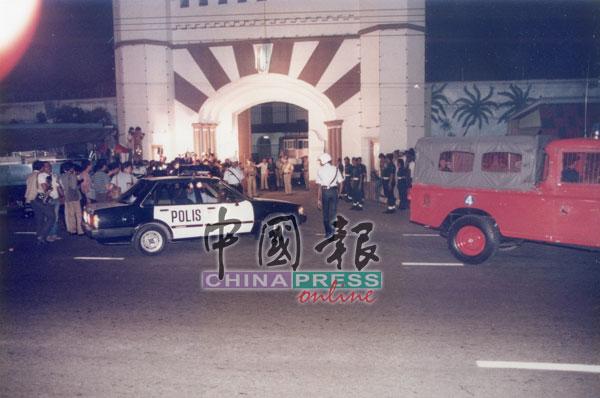 警方于第一时间赶抵现场,接手监狱的布防及与囚犯们的谈判工作。