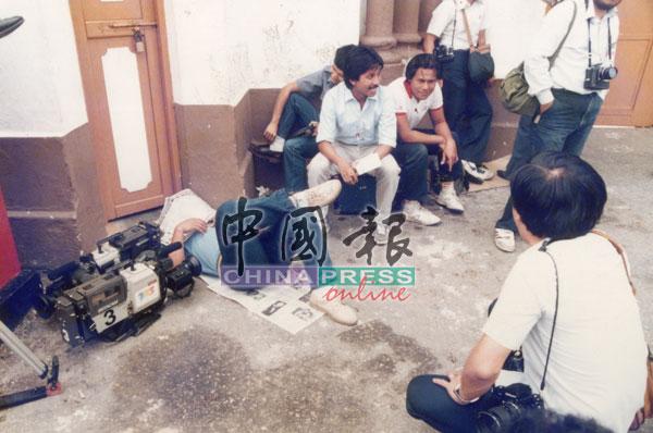媒体记者熬夜驻守,有者累得在监狱外铺上报纸小休。