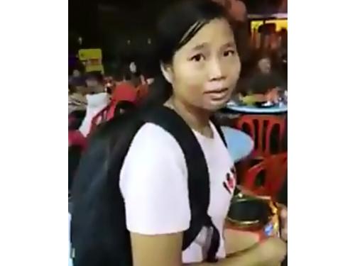 """中国籍女子在餐馆乞讨时,被在场者怒骂""""滚回中国!""""。(图截自华人网YouTube专页)"""
