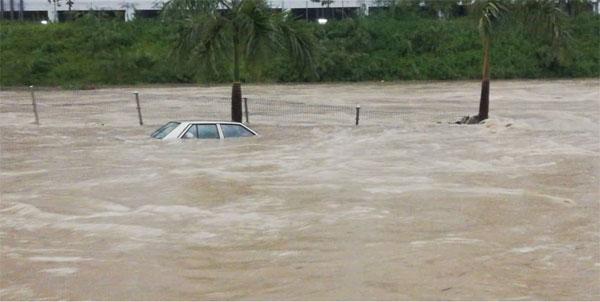 一辆车遭水淹没。