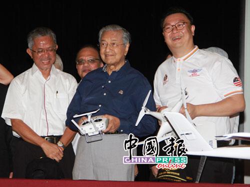 马哈迪(左2)了解国内所拥有的无人机,左起卡马鲁丁和郑楗文。