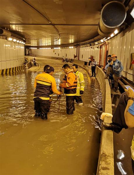 拯救单位到敦拉萨路的隧道内展开援救。