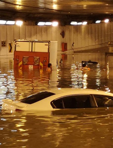 拯救单位协助受困司机离开现场。