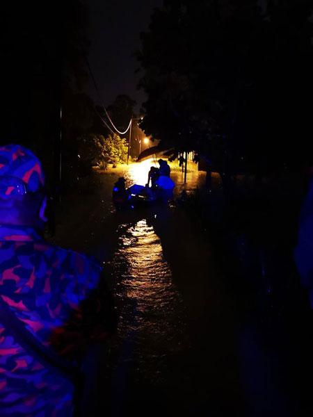 消拯局出動快艇將受困住家內的5名村民救出。