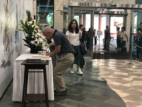 有市民签署吊唁册。