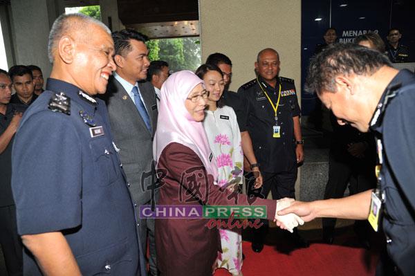 副警察总长丹斯里诺拉锡(左一)指出,一马发展公司(1MDB)案关键人物之一高盛集团前银行家黄宗华日前被捕后,如今在监狱里。