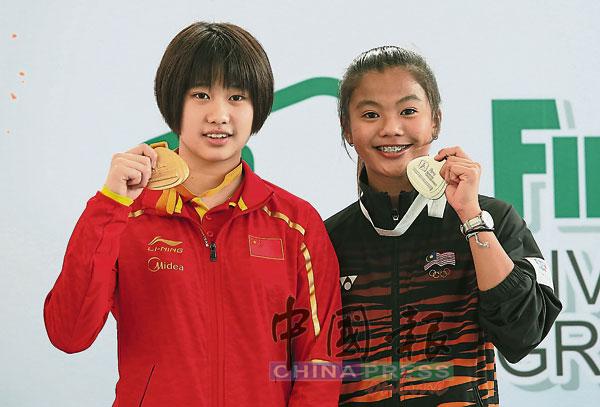 对比之下,黄倩萍(右)服装上的赞助商标志则是正常的。黄倩萍在3公尺跳板决赛屈居中国选手马瞳之后获银牌。