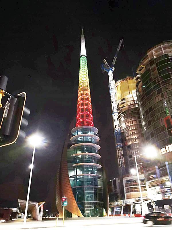 Swan Bells的高塔,在七彩霓虹灯下显得迷幻迷人。