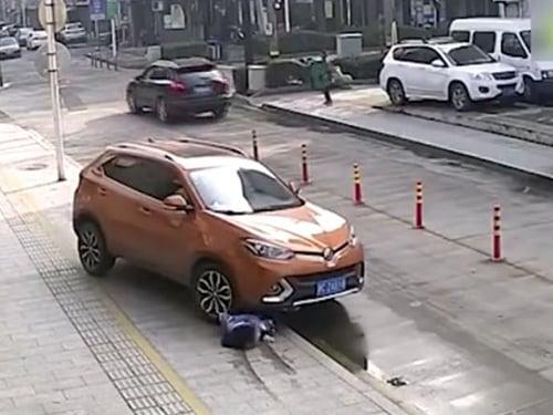 车辆碾过女子。