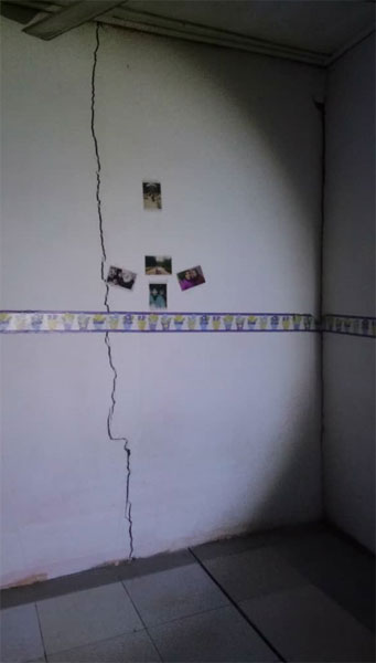 毗邻的住家单位的墙壁出现裂痕。