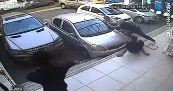 结果没想到轿车竟然加速往男子冲去,夹击男子留在台阶上的左脚。