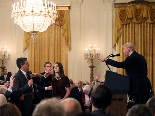 特朗普在上周的记者会中,拿走阿科斯达的麦克风,随后白宫更撤销后者的记者证。CNN在周二证实,已对特朗普提告。