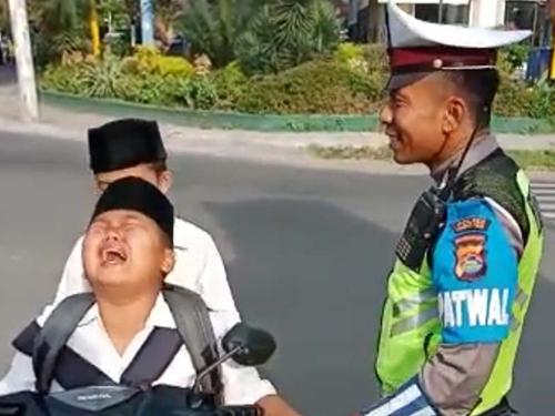 利兹奇哭求警察哥哥让他回家。