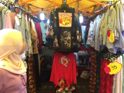 阿敏周六就会帮母亲在夜市卖服装。
