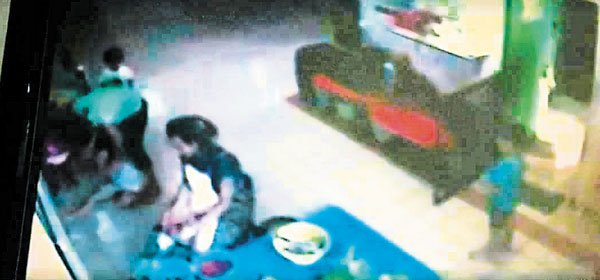 1名托儿所外籍女职员,被指逼孩子吞辣椒的视频,在网上疯传。