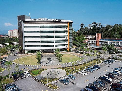 拉曼大学学院的校友包括农业部长沙拉胡丁、原产业部长郭素沁和槟州首长曹观友。