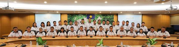王晓庭(前排左8)主持新届领导层首次中委会会议。