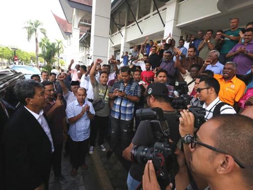 在法庭作出判决后,莫哈末哈山(左)丧失晏斗州议员资格,他可在14天内作出上诉。
