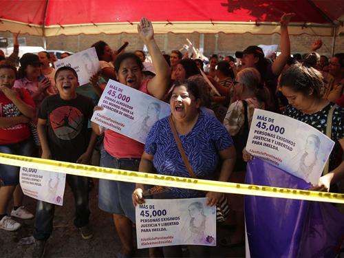 妇女组织周一在法庭外,声援科尔特斯。(欧新社)