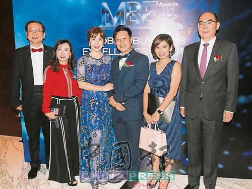 萧德坤伉俪、林永煌伉俪、罗依薇及吴逸平出席颁奖礼时一起合照。