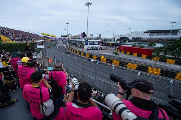 记者在澳门格兰披治三级方程式大赛-国际汽联三级方程式世界杯比赛现场拍摄。(新华社)