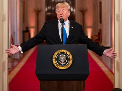 特朗普在白宫选后的首场记者会上讲话。