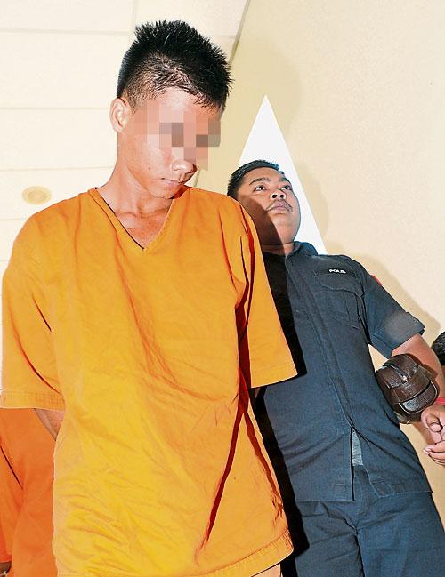 警方调查显示,伊班裔嫌犯是偷驾老板的货卡外出。图为嫌犯周一被带上庭,申请延扣。