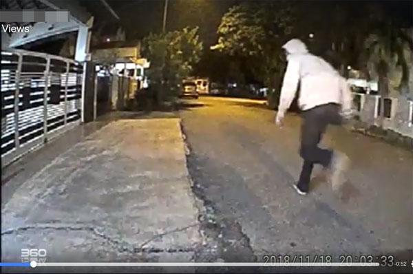口罩男在事发后拔腿就跑。