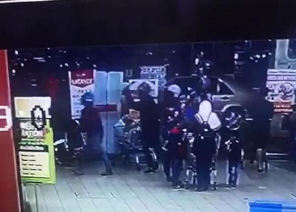 戴着摩哆头盔的匪徒闯入广场打抢的过程,全被闭路电视拍下。