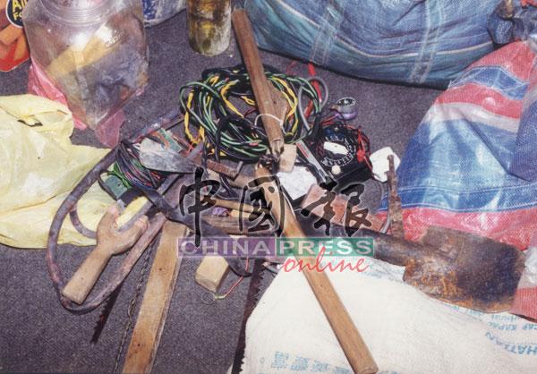 电线、双节棍、弹弓和铁具等,都是船民收藏的秘密武器。
