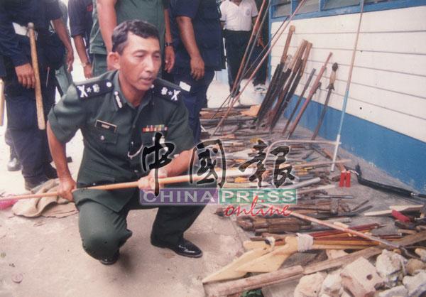 时任野战部队总监韩聂夫阿夫向在场媒体说明船民阻止警方入营搜查是因藏有武器的缘故。